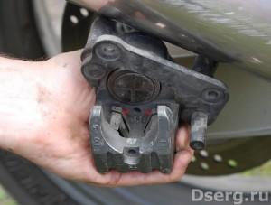 Рисунок 4. Замена тормозных колодок на мотоцикле